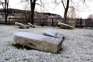 På Sköns kyrkogård i närheten av Birsta har ett flertal gravstenar utan gravrättsinnehavare välts ner mot marken av säkerhetsskäl.