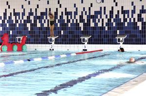 Simhallen i Ösmo är en en de kommunala verksamheter som borde HBTQ-certifieras, tycker Vänsterpartiet.