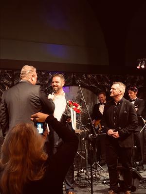 Anders Holmgren, skadechef på Rolf Ericson Bil, gratulerades under prisutdelningen på Skademässan i Göteborg. Foto: privat