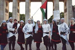 Palestinska dansgruppen Moria från Berlin anlitades till underhållningen när de nya medborgarna i Sundsvall hälsades välkomna på nationaldagen.