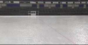 Översiktsbilden från isen i Motala visar tydligt den stora mängden nederbörd som föll större delen av matchen. Bild: Skärmdump från Bandyplay.se