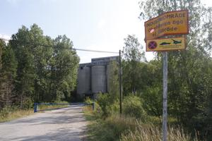 Kalkbrottet är ett industriområde, som obehöriga inte får vistas i. Sådana här skyltar informerar om det.