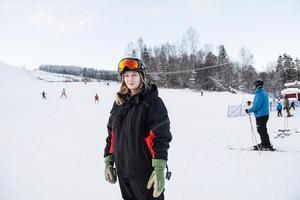 Hanna Östman arbetar i kassan på skiduthyrningen sedan fem år tillbaka.