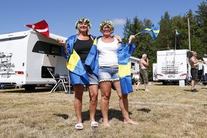 Annelie Jansson från Skövde och Annika Mattson från Mariestad viftar flaggorna för Fredrik Lindgren i första hand och, för Annelies del, även danske Iversen.