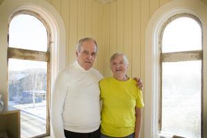 Bertil och Karin Svensson är i full gång med att renovera Bertils familjehem.  I Tornrummet, där de står på bilden, har de fått in värme. Nästa projekt blir att byta ut de gamla fönstren.
