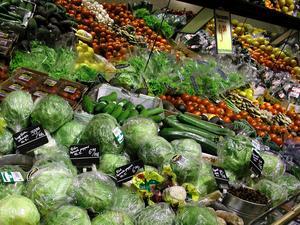 Genom att systematiskt vara matsmart kan man minska sin miljöpåverkan i butik, på restaurang och hemma, skriver Karl Andersson från Matsmart. Foto: TT