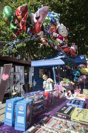 På Södertäljefestivalen kunde man köpa ballonger och leksaker av den här lille mannen.