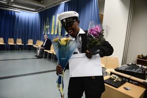 Amed Hassan blir uppvaktad med blommor.