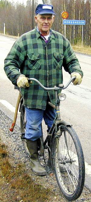 Så här – på en cykel lastad med en yxa, en hammare och en eller flera fågelholkar – har generationer av Gagnefsbor mött Nils Pers.