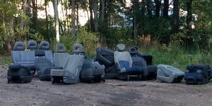 Någon har dumpat ett 20-tal bilstolar vid vattentornet i Sätra. Bild: Läsarbild.