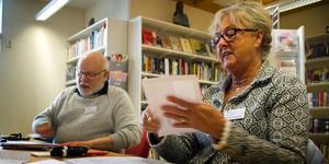 """Göran Håkansson kommer att finnas på biblioteket varje dag för att ta emot röster. Hans kollega Gunilla Dahlberg Malmén gör sitt andra val som röstmottagare, det första var i höstens riksdagsval. Hon är lite förvånad över inflödet av väljare. """"Jag trodde att vi skulle få sitta här och fördriva tiden"""", säger hon."""