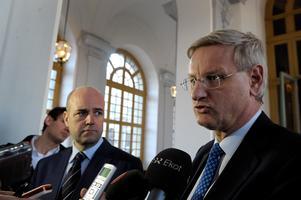 Några dagar efter riksdagsbeslutet sammanträdde utrikesnämnden. Dåvarande statsminister Fredrik Reinfeldt (M) och utrikesminister Carl Bildt (M) fick då frågor om beslutet av den samlade journalistkåren. Foto: Anders Wiklund/TT