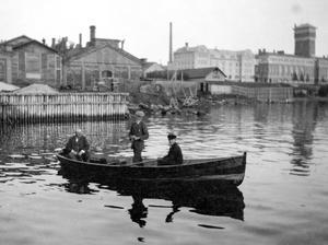 Tidigt 1920-tal med Tobaksbolaget i bakgrunden. Närmast kajen fanns ett mindre båtvarv.