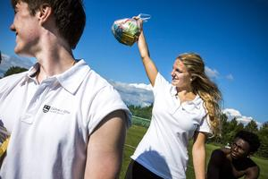 Johan Gustavsson (t. v.) och Dinah Karsbo såg till att det blev godisregn till vinnarna.