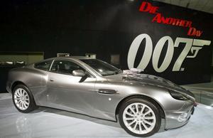 Aston Martin Vanquish. 2002Film: Die Another DaySkådespelare: Pierce Brosnan•   I den tjugonde filmen är Bond tillbaka i en Aston Martin. Och inte i vilken som helst. Vanquish hade en V-12:a på knappt sex liter som kunde släppa ifrån sig 450 vildhästar och få upp kärran i 315 kilometer i timmen. Som om det inte räckte kunde den dessutom bli så gott som osynlig för blotta ögat.Vidare var bilen skottsäker och utrustad med missiler och målsökande vapen, värmekamera och katapultstol.