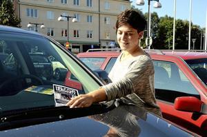 Lapplisa. Många undanvikta vindrutetorkare har det blivit för Mira Bogren när hon spridit information om kvällens välgörenhetsgala i Kumla. Foto: Jan Wijk