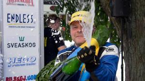 Arne Bäckström firade segern med champagne