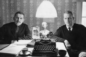 Innan lockarna fick växa ut. Hasse Alfredson och Tage Danielsson på 1960-talet. Foto: Bertil S-son Åberg/SVT