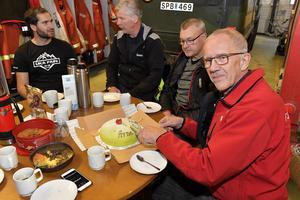 Arne Näsvall uppvaktas med tårta när han lämnar fjällräddarna i Grövelsjön efter 52 år.