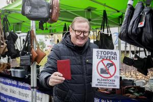 Mattias Lindström på Marknadsboden visar upp sin nyhet om skimminsfri plånbok.