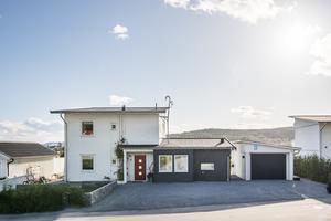 Det här huset på Blåhakevägen i Örnsköldsvik såldes för 2,8 miljoner kronor. Bild: Mäklarhuset
