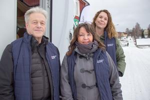 Håkan Sundelin, Helena Löfström Järvi och Maria Jonsson var under onsdagen i förra veckan på plats i Åmot för att prata om ett samhälle med mindre kontanter. Innan Åmot hade de varit i Norrsundet. En plats dit det, enligt gänget, hade kommit uppemot 120 personer för att prata om kontanter och betaltjänster via nätet.