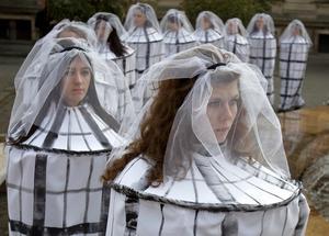 Demonstration i Bukarest mot trafficking; flickor från  Rumänien luras med att få jobb utomlands men säljs som sexslavar. Foto: AP/Vadim Ghirda