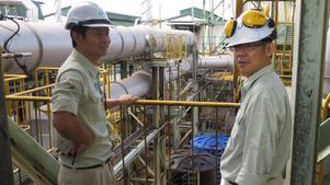 Sunds Fibertech har gjort ombyggnader på flera fabriken. Här blickar Gan Shou Lung, projektledare och Lee Teck Kang, Operations manager,  ut över delar av deras anläggning i Malaysia som byggts om med hjälp av teknik från Timråföretaget. Bild: Marcus Mattsson