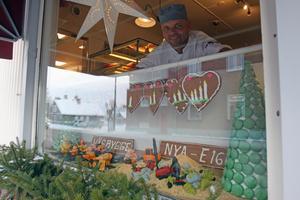 Patrik Liljeqvist är en av skaparna av vägbygget som  pryder skyltfönstret vid konditoriet.