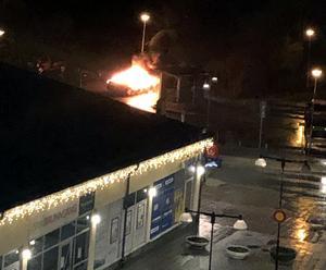 Nattens bilbrand vid Brunnsängs centrum. Foto: Privat