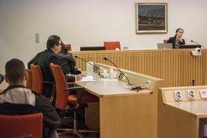Här sitter flickans pappa  under en jacka vid häktningsförhandlingen i Falu tingsrätt fredagen den 22 februari, tillsammans med sin försvarsadvokat Leif Hägglund. Samma dag hittas Velmira död.