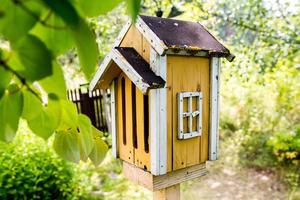 I närmare 20 år har de även fokuserat på den biologiska mångfalden. Runt om i trädgården sitter fjärilsholkar, biholkar och fågelholkar som Henning själv har snickrat.