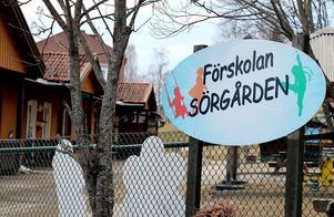 Sörgårdens förskola i Fränsta skulle egentligen varit öppen i sommar, men på grund av läckage har man beslutat att all verksamhet förläggs till Skattkistans förskola i stället.