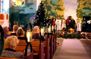 Många tända ljus skapade stämning i Kumla kyrka.