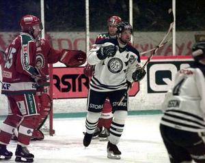 Markus Åkerblom jublar efter ett mål mot Frölunda på hösten 1998. Foto: Kjell Jansson