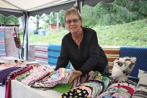 Birgitta Persson var i god tid och förberedde sitt marknadsstånd med kläder och mössor som hon har sytt. Hon har även vävt mattorna.
