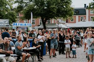 Vissa publikmedlemmar satt och njöt av den musikaliska buffén, medan andra ställde sig upp och dansade.