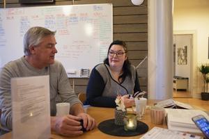 Handledare och medlemmar jobbar sida vid sida på Fontänhuset. Lennart Martinsson och Emma Lif tar en kaffepaus. – Fontänhuset är en saga som blivit sann, säger handledaren Lennart.