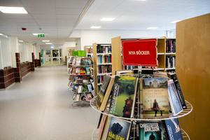 Nya biblioteket ligger precis till höger om entrén.