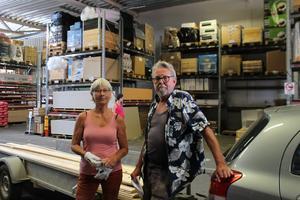 Monica Eklöf och Lars Rindeskär är byggkompisar och brukar hjälpa varandra. Den här gången ska Rindeskär bygga en dusch och en bastu. Han brukar handla på det stället som är närmast.