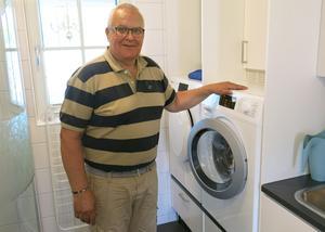 Det är lättare att tvätta och tumla när maskinerna inte står på golvet, menar Lennart Jonsson. Å andra sidan hade de fått plats med ett torkskåp om maskinerna hade stått ovanpå varandra.