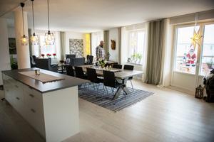 Det stora bordet har Nettans bror byggt med plankor från Essviks gamla skola och en mittplanka från Haverö.