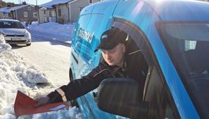 Robin Bergström delar ut posten till tusen hushåll i Härnösand.