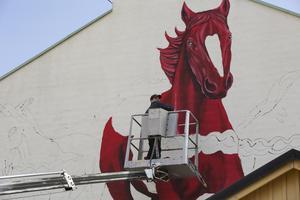 Hästarna blir sex till åtta meter höga, uppskattar konstnären Shai Dahan. Om ett par dagar ska alla tre hästarna finnas på plats.