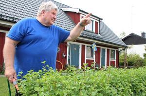 Örjan Wickström byggde huset i slutet att sjuttiotalet.  Aldrig tidigare har han varit med om liknande missnöje i kvarteret mot något bolag, berättar Wickström.