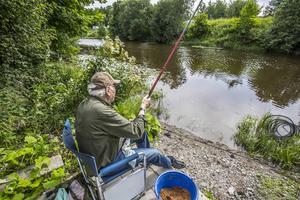Rofyllt mete i en å. 84-årige Sten Högberg njuter.