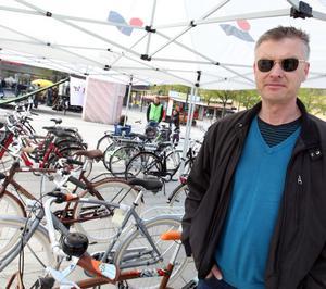 """Micke Jonsson passade på att spana in cyklarna på torget. Själv tränar han varje år inför ett helt eget cykellopp. """"Dagen före midsommar cyklar jag alltid upp till svärföräldrarna i Ljusdal. Det har blivit tradition. Och för att klara de 18 milen gäller det att träna lite innan""""."""