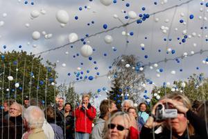 Hundratals ballonger släpptes mot skyn.