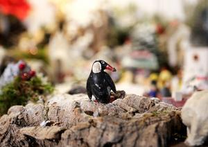 Pingvinen är Ullas mans. Han ärvde den av sin mamma, som också brukade bygga en julkrubba.