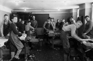Pojkar i arbete på sinnesslöanstalten i Torpshammar. Bild: Ur ett album som förvaras på regionarkivet i Härnösand